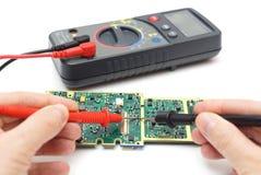L'ingegnere sta controllando la componente di hardware immagine stock