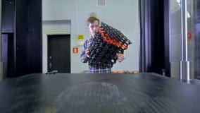 L'ingegnere sta eliminando il grande modello stampato 3d video d archivio