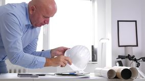 L'ingegnere stanco Finish Late Work prende il casco e lascia l'architetto Office archivi video