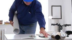 L'ingegnere stanco Finish Late Work prende il casco e lascia l'architetto Office stock footage