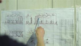 L'ingegnere studia lo schema dell'impianto per il trattamento delle acque archivi video
