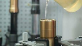 L'ingegnere versa l'olio in una forcella della direzione archivi video