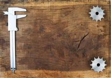 L'ingegneria foggia gli ingranaggi ed il calibro sulla tavola di legno Sfera differente 3d Fotografie Stock Libere da Diritti