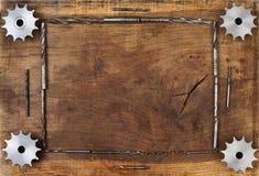 L'ingegneria foggia gli ingranaggi ed il trapano sulla tavola di legno Sfera differente 3d Fotografia Stock Libera da Diritti