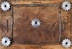 L'ingegneria foggia gli ingranaggi ed il trapano sulla tavola di legno Sfera differente 3d Immagini Stock