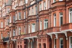L'inglese dei mattoni rossi alloggia la facciata a Londra Fotografia Stock Libera da Diritti