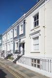 L'inglese variopinto alloggia le facciate, cielo blu a Londra Fotografia Stock Libera da Diritti