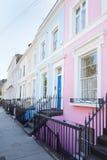 L'inglese variopinto alloggia le facciate a Londra Fotografia Stock