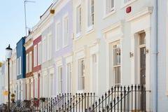 L'inglese variopinto alloggia le facciate a Londra Immagini Stock