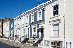 L'inglese variopinto alloggia le facciate in un giorno soleggiato a Londra Fotografie Stock