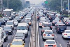 L'ingorgo stradale in smog ha coperto la città, Pechino, Cina immagini stock libere da diritti