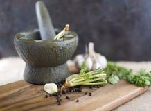 L'ingrédient pour l'émoi a fait frire la nourriture thaïlandaise d'ail et de poivre Photo libre de droits