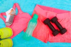 L'ingranaggio della palestra, i vestiti della palestra e gli sport indossano il corredo Fotografie Stock