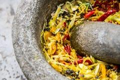L'ingrediente di curry tailandese è nel mortaio durante la libbra Immagini Stock
