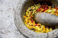 L'ingrediente di curry tailandese è nel mortaio durante la libbra Immagini Stock Libere da Diritti