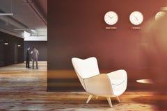 L'ingresso nero dell'ufficio della parete con gli orologi si chiude sul tonificato su Fotografia Stock Libera da Diritti
