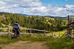L'inizio dell'autunno nelle montagne carpatiche Fotografia Stock