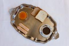 L'inizio della prima colazione su un vassoio d'acciaio Immagine Stock