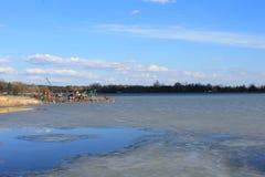 L'inizio della sorgente Ghiaccio sul lago Dopo l'inverno Cielo blu Paesaggio sbalorditivo e vista Fotografie Stock