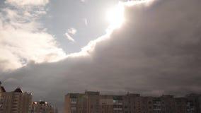 L'inizio di un temporale nella città stock footage