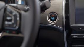 L'inizio, ferma il bottone del motore moderno interno dell'automobile Mazzo lussuoso dello strumento dell'automobile fotografie stock
