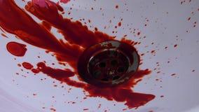 L'injecteur de sang et d'aiguille sur le lavage de Bath se tiennent banque de vidéos