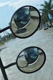 L'inondation est vue dans le miroir d'un autobus dans une rue inondée de Pathum Thani, Thaïlande, en octobre 2011 Photographie stock