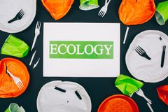L'inquinamento di plastica distrugge l'ecologia marina Carta con ecologia di parola nel centro dei piatti di plastica rotti elimi immagine stock libera da diritti