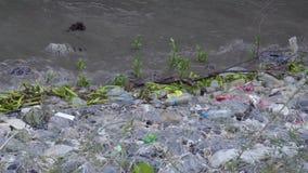 L'inquinamento ha fatto da rifiuti alla linea costiera cattive abitudini di umano 2 archivi video