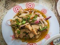 L'insalata arrostita affettata del manzo in piatto stile tailandese piccante fotografia stock
