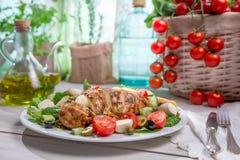 L'insalata con il pollo ha cucinato in una cucina soleggiata Fotografia Stock