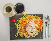 L'insalata con la salsa del pollo, del bacon e di pasta registra con vino rosso dentro Fotografia Stock Libera da Diritti