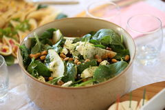 L'insalata con spinaci, pere, zucchera i dadi rivestiti, i mirtilli rossi secchi ed il feta Fotografie Stock