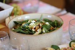 L'insalata con spinaci, pere, zucchera i dadi rivestiti, i mirtilli rossi secchi ed il feta Immagine Stock Libera da Diritti