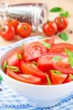 L'insalata dai pomodori freschi, balza cipolle verdi e pepe nero Fotografia Stock Libera da Diritti