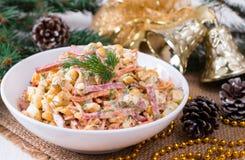 L'insalata del nuovo anno con la salsiccia, carota coreana, cereale immagini stock