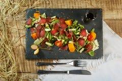 L'insalata del petto di pollo con i verdi ed i pomodori ciliegia ha servito la o Immagine Stock Libera da Diritti