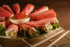 L'insalata deliziosa con i bastoni del granchio ha preparato per mangiare Fotografie Stock Libere da Diritti