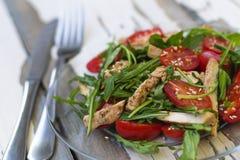 L'insalata della rucola con i pomodori ciliegia ed il petto di pollo mette in mostra la nutrizione Pasti equilibrati Fotografie Stock