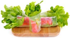 L'insalata della verdura fresca arriva a fiumi il tubo della tagliatella su fondo bianco immagini stock libere da diritti