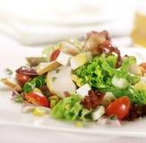 L'insalata di pollo arrostita con i pomodori egg e mais Fotografia Stock Libera da Diritti