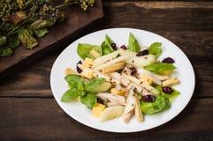 L'insalata di pollo, pere, ha asciugato le uva spina e l'uva passa, formaggio su basilico va Priorità bassa di legno Vista superi Immagini Stock Libere da Diritti