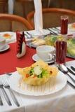L'insalata di verdure è servito sulla zolla commestibile Fotografia Stock