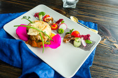 L'insalata di verdure di cucina moderna molecolare con chiken fotografia stock