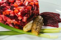 L'insalata di Vinegret è servito con la cipolla verde ed il cetriolo marinato fotografia stock libera da diritti