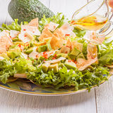 L'insalata fresca con l'avocado, la lattuga, pita scheggia Fotografia Stock