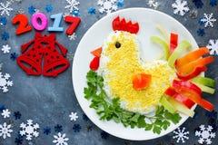 L'insalata ha modellato il gallo per l'idea 2017 dell'alimento di divertimento del nuovo anno per il holida Fotografia Stock