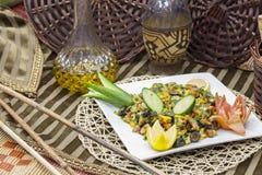 L'insalata libanese contiene le olive, il limone, il cetriolo ed il cereale fotografie stock libere da diritti