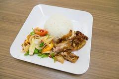 L'insalata piccante con le verdure delle uova fritte assaggia e fritto il longarone della carne di maiale immagine stock libera da diritti
