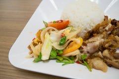 L'insalata piccante con le verdure delle uova fritte assaggia e fritto la carne di maiale immagine stock libera da diritti